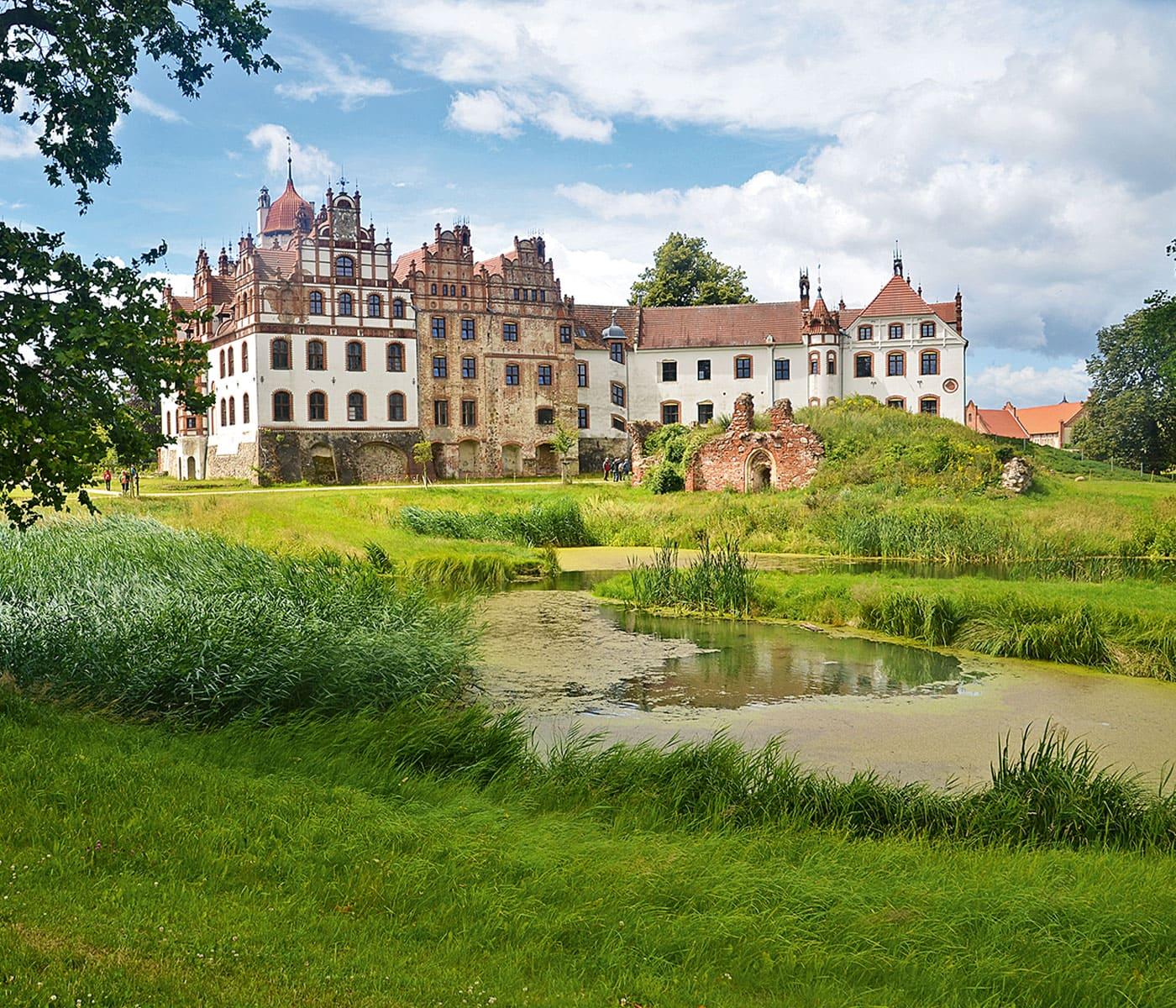 Schloss Basedow an der Mecklenburgische Seenplatte – Reisen mit KIndern // HIMBEER