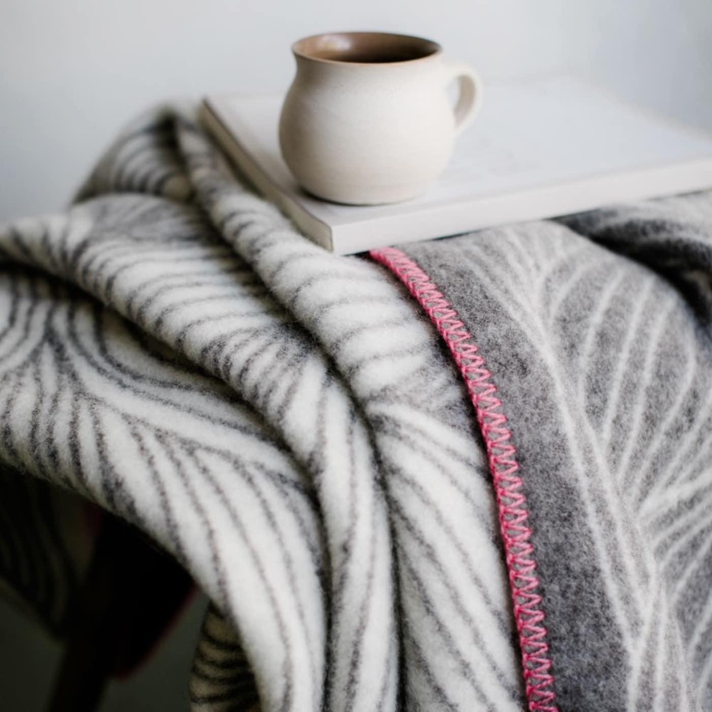 Lieblingssachen für den Herbst zum Einkuscheln: Decke aus norwegischer Bergschafwolle // HIMBEER